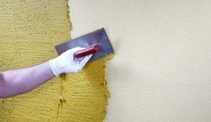 На стену укладывается базовое покрытие - основа для рисунка дождика