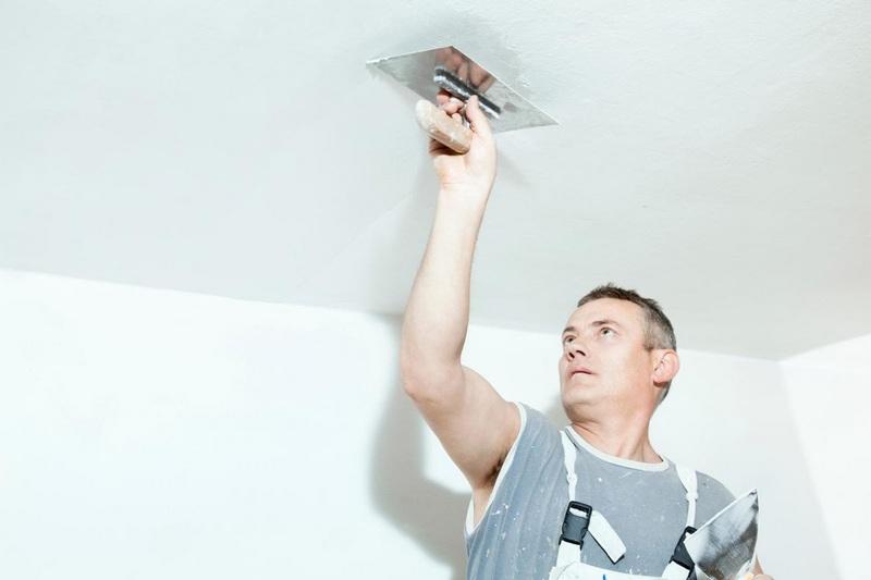 Нанесение финишного слоя шпаклевки является завершающим этапом в выравнивании потолка