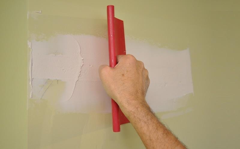 Наносить шпатлевку на окрашенную поверхность не рекомендуется
