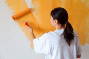 Наносить краску на стены внахлест необязательно