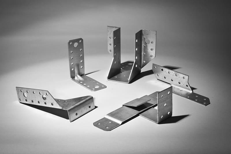 Направляющие, уголки и другие металлические элементы приобретают оцинкованные, они более надежные и не подвержены коррозии