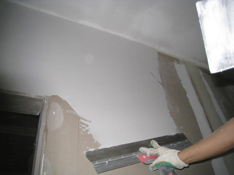 Недочеты устраняют шпатлеванием поверхности мелкозернистыми составами