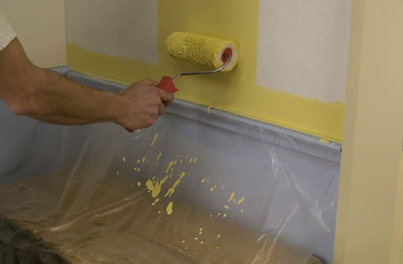 Перед началом покраски необходимо мебель и полы покрыть пленкой