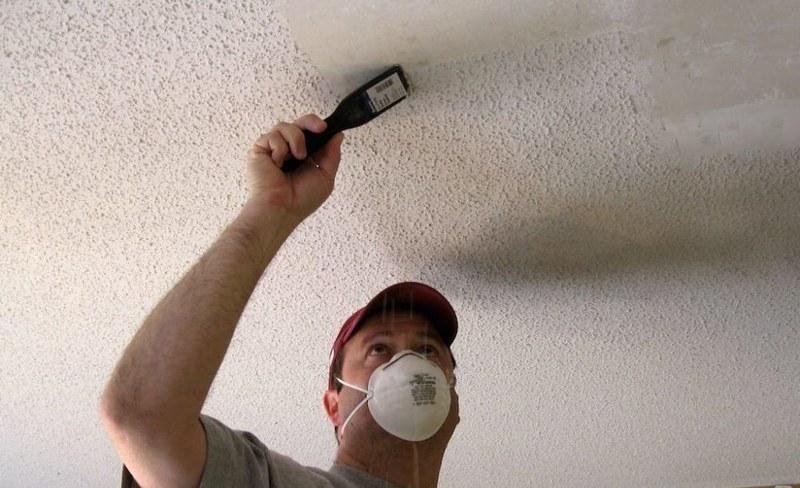 Перед началом работы потолок следует очистить от старого покрытия
