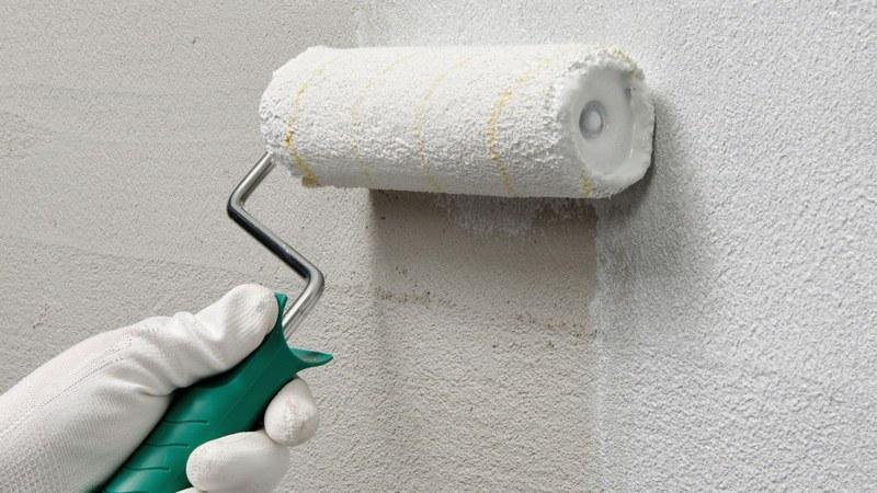 Перед нанесением шпаклевки стены необходимо прогрунтовать