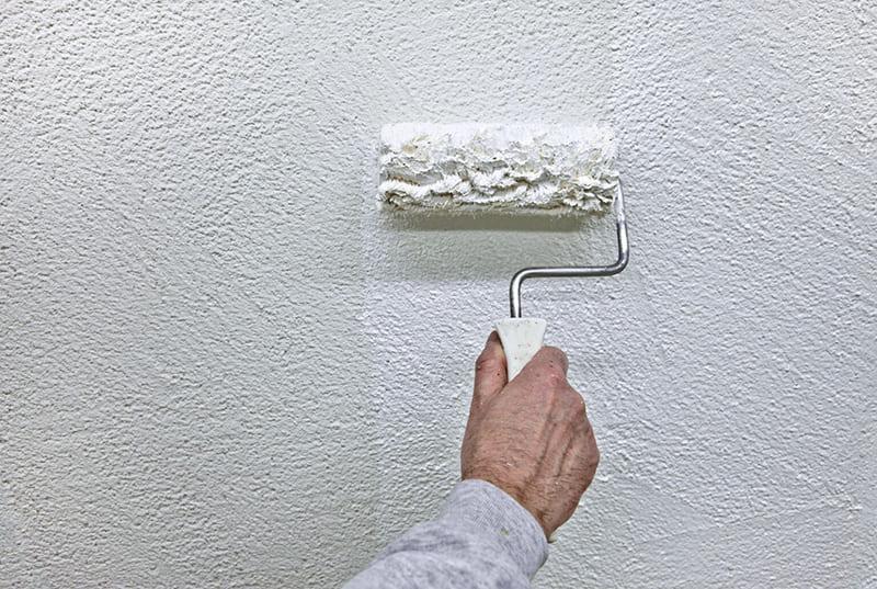 Перед покраской оштукатуренную поверхность следует прогрунтовать
