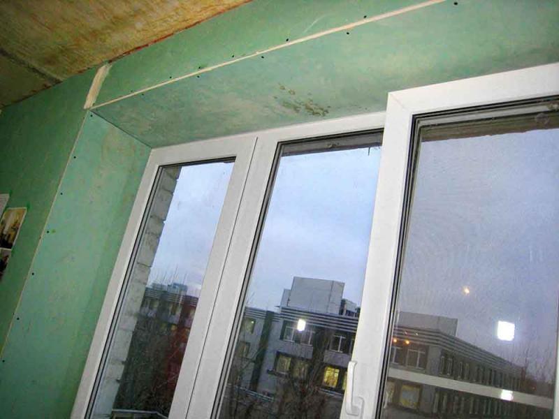 Перед шпаклеванием на оконные откосы накладывают зеленые ГКЛ