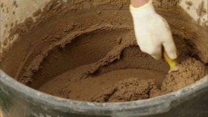 Песок всыпают в глину небольшими порциями при постоянном перемешивании