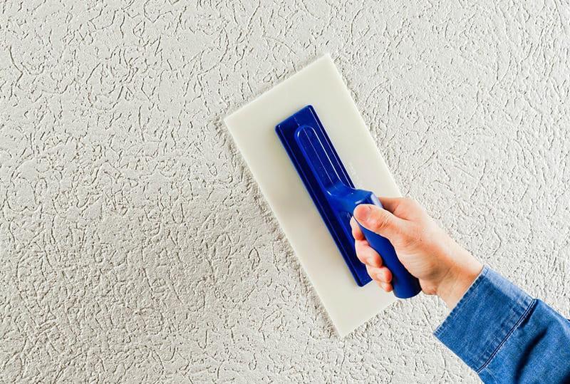 Покраска служит не только для дополнительной декорации, но и для продления срока эксплуатации штукатурки
