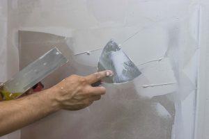 После полного просыхания базового покрытия делают финишный слой из шпатлевки