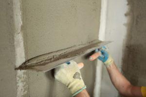После высыхания маячков накидывают и разравнивают цементную смесь