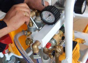 Проверить исправность предохранительного клапана и манометра