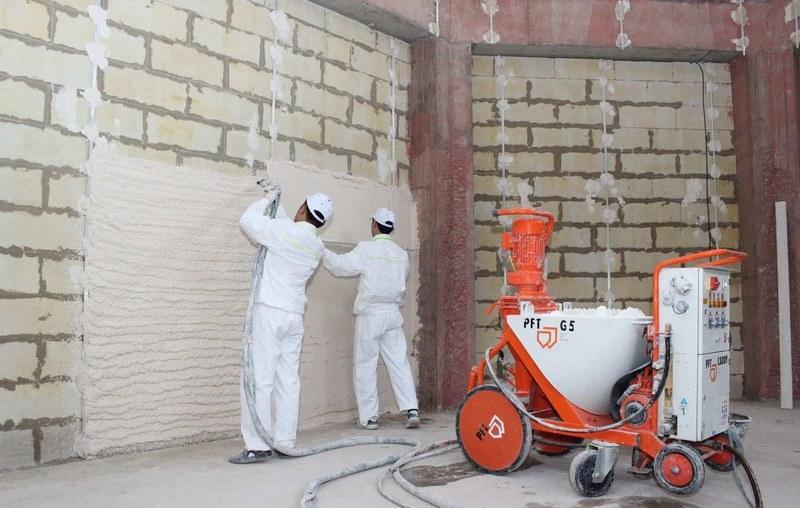 Работы по выравниванию стен и потолков выполняют с помощью штукатурной станции