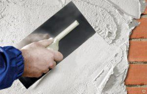 Раствор наносят на стены кельмой или широким шпателем небольшими порциями