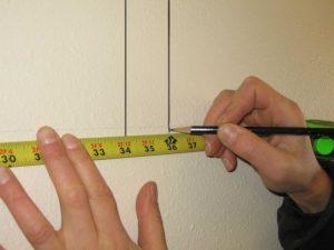 С помощью простого карандаша вдоль всей поверхности стен чертятся параллельные линии