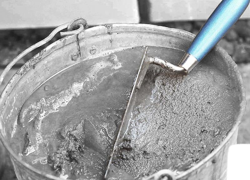 Штукатурка для выравнивания стен изготавливается на основе цемента, песка и воды