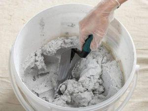Штукатурку разводят в отдельной чистой емкости небольшими объемами