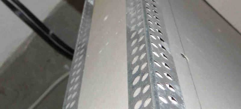 Снаружи откоса устанавливают перфорированный алюминиевый уголок