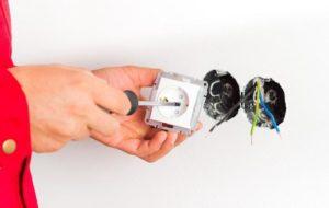 Снимают выключатели и розетки