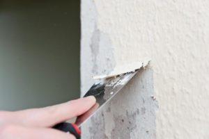 Со стен счищают обои, краску, сбивают осыпающийся раствор