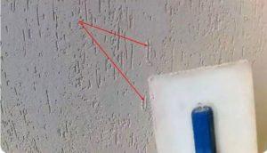 Создание фактурного узора начинают не дожидаясь высыхания покрытия