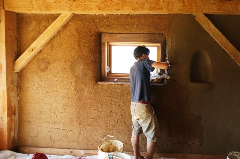 Сперва штукатурные работы производят внутри помещения