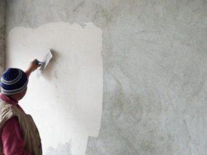 Специалисты рекомендуют нанести на бетонную стену тонкий слой универсального раствора