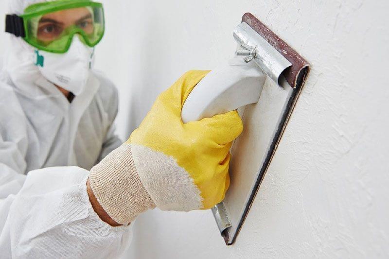 Специалисты рекомендуют обязательно проводить ошкуривание стен после шпаклевки