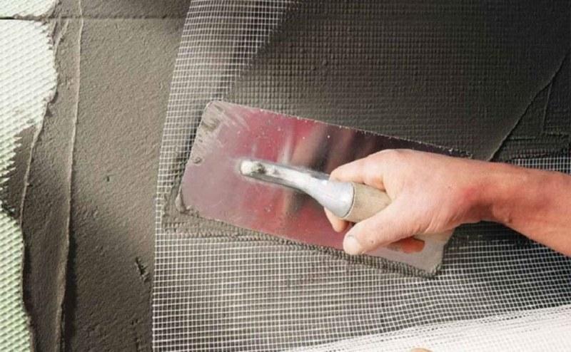Стекловолоконная сетка крепится к поверхности с помощью раствора