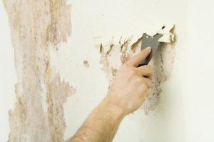 Стены тщательно зачищают, удаляя старое покрытие