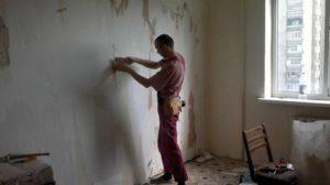 Стены зачищают от старого покрытия