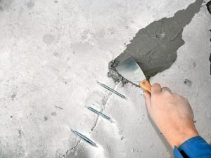 Трещины, сколы и выбоины заделывают цементным раствором