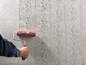 Валик окунается в состав, который переносится на стену