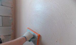 Затирка стен круговыми движениями полутерком