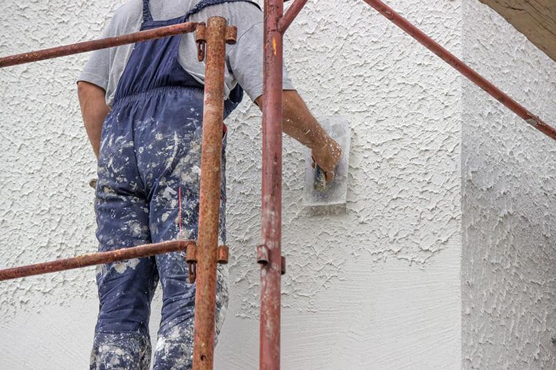 Завершающим этапом отделки фасада может являться декоратвная штукартурка