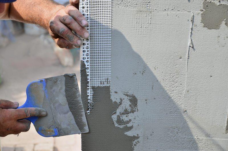 Армирование угловых участков укрепит штукатурный слои и не даст ему отвалится