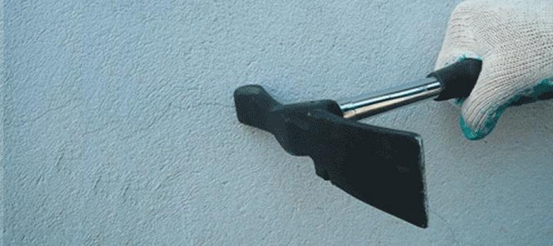 Дефекты штукатурки выявляются простукиванием рукояткой молотка