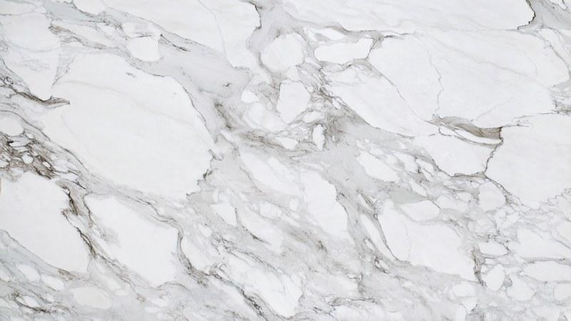 Для достижения имитации каррарского мрамора, применяется нанесение нескольких полупрозрачных слоев различных тонов