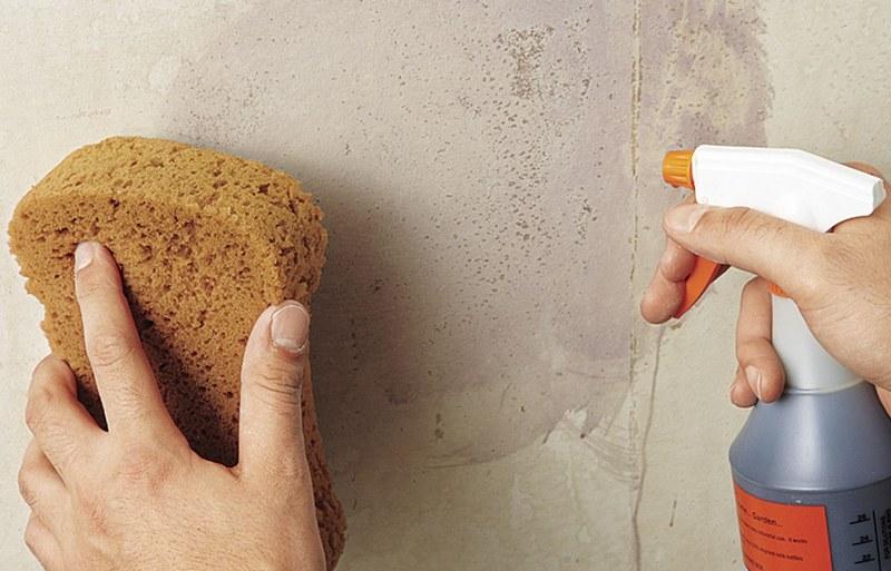 Для очистки стен от загрязнений используют моющие средства