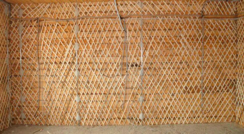 Для оштукатуривания стен из деревянных материалов требуется набивка дранки