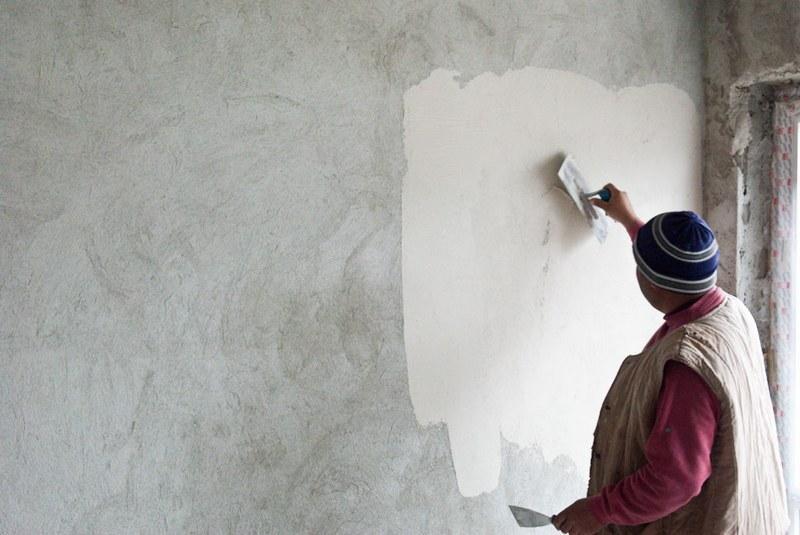Для отделки стен внутри здания рекомендуется выбирать гипсовую штукатурку