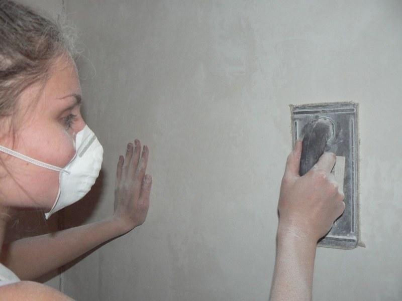 Для получения гладкого основания гипсовую штукатурку после высыхания зашлифовывают