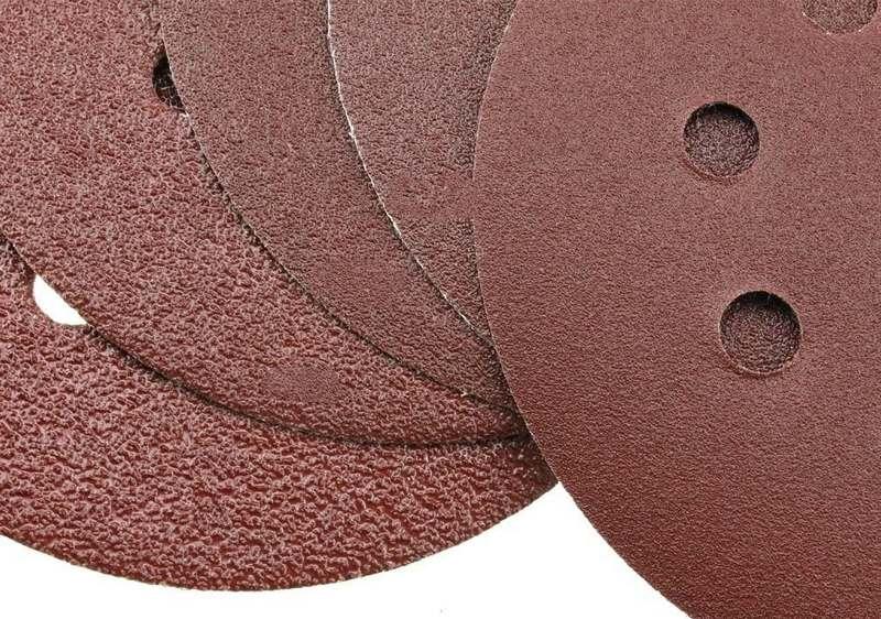 Для шлифовки шпаклевки рекомендуется использовать наждачную бумагу разной зернистости
