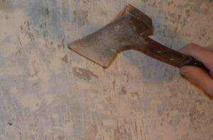 Для снятия краски используют топор, которым делают насечки