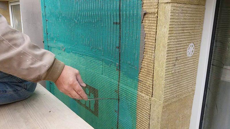 Для укрепления основания производят армирование фасада
