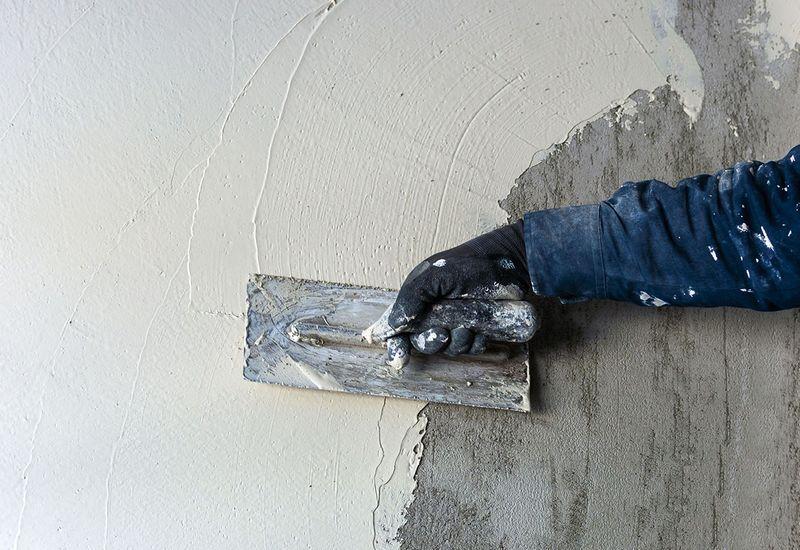 Гипсовая штукатурка имеет небольшой вес, поэтому нагрузка на стены небольшая