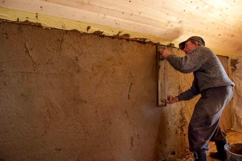 Глиняную смесь наносят тонким слоем на стену и тщательно разравнивают ее ручными инструментами
