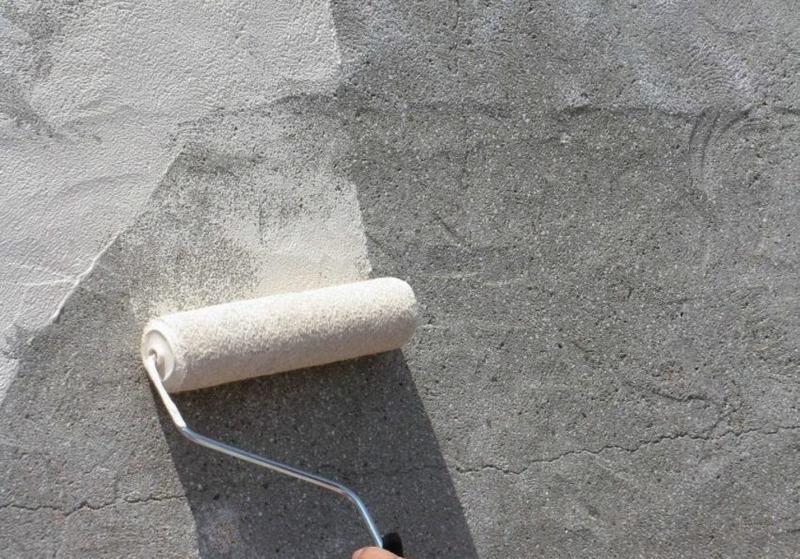 Грунтовка стен необходима для создания надежного сцепления между основной поверхностью и отделочным материалом