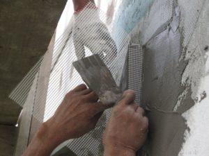 Наложить на глубокие щели армирующую сетку