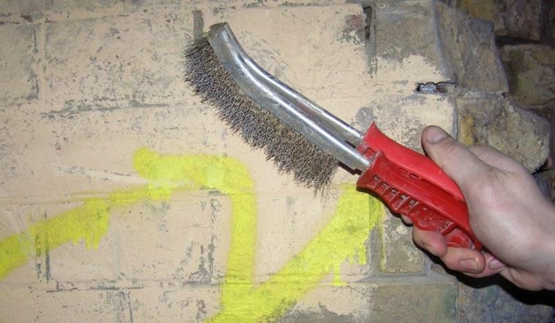 Очистку поверхности стен производят с помощью металлической щетки